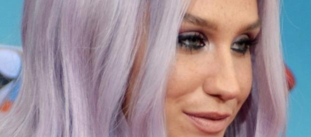 Kesha flaunts imperfect beach body. Source: Wikimedia user Mingle Media TV