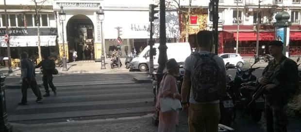 Paris, 9 sept. : l'opération de déminage bloque le bd Montmartre à hauteur du musée Grévin