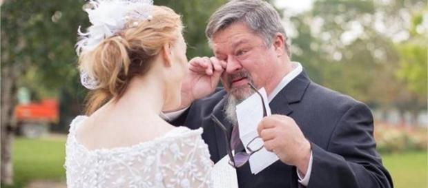 Tim Buchanan com sua filha no casamento.
