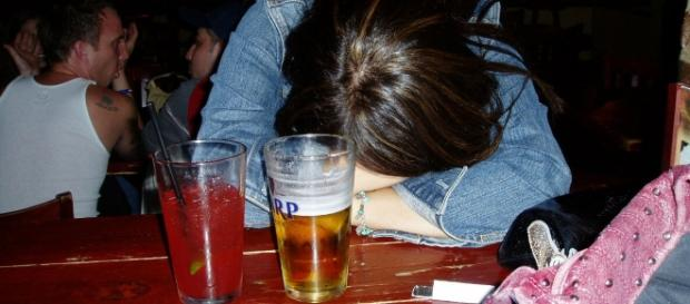 Entenda o que está por trás da mulher que abusa de álcool e drogas