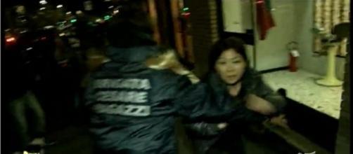 La titolare di un negozio di parrucchieri cinese aggredisce la troupe di Striscia