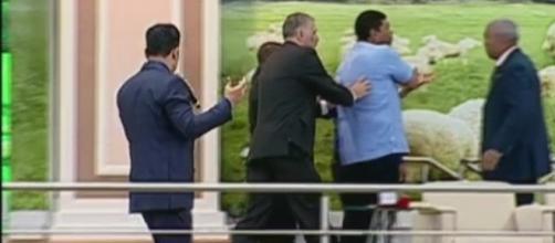 O pastor foi atacado por um homem com um facão (Foto: Igreja Mundial/Youtube)