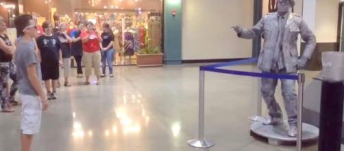 Youtuber desafia estátua viva em shopping