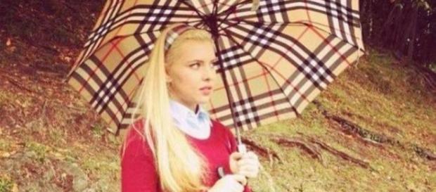 E tânără, e frumoasă, va moșteni o avere imensă și este școlită în cele mai alese școli