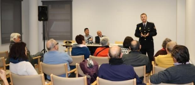 La Policía Nacional aconseja a los mayores en Valencia