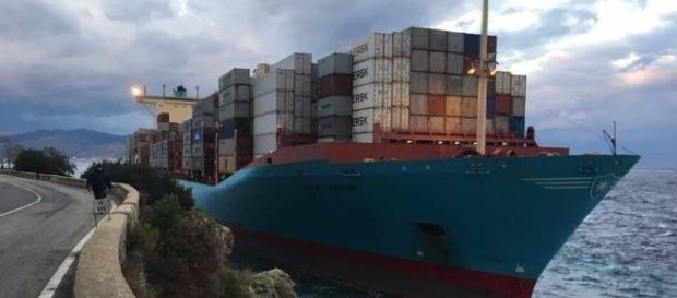Solo un forte stupore per la nave danese incagliatasi sulla riva calabra dello Stretto - Foto di Massimo Bellantoni