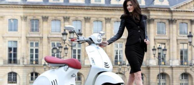 Vespa 946 com detalhes em vermelho que remetem às solas dos sapatos Louboutin. O designer francês Christian Louboutin, inclusive, é adepto da scooter.