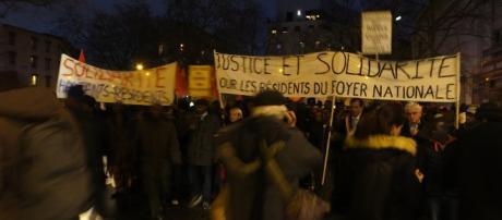 Les manifestants défilent mardi dans les rues de Boulogne Billancourt pour dénoncer l'incendie ayant entraîné un mort, deux blessés graves en 2016