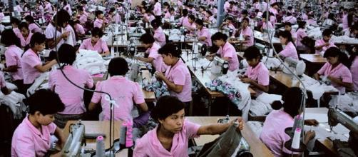 Alta fuente de empleo ofrece la industria textilera a trabajadoras chinas.