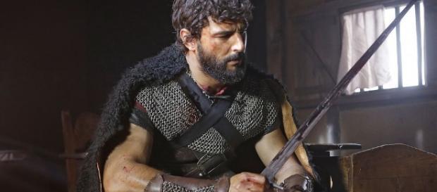 Antonio Velázquez como Gonzalo de Catoira, un jefe de la guardia enseñando músculo