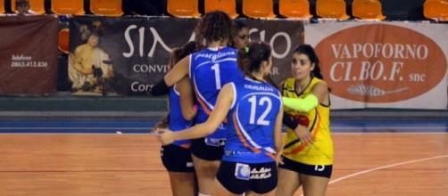 L'esultanza dopo un punto delle ragazze della Luvo Barattoli Arzano Volley.