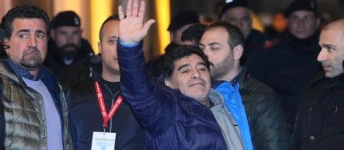 Maradona torna a Napoli accolto calorosamente dai tifosi