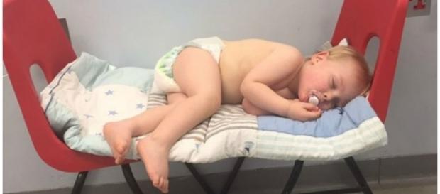 Bebê esteve horas esperando no hospital