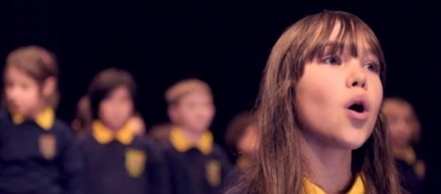 Garota autista emociona a todos ao cantar.