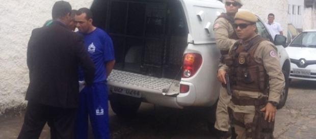Vereador chegou sob escolta no município de Ubaitaba (Foto: Valeska Lippel / TV Santa Cruz)