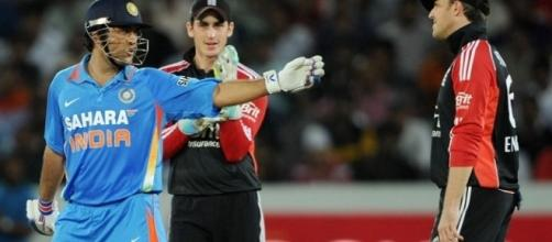 Dhoni at the crease (Panasiabiz.com)