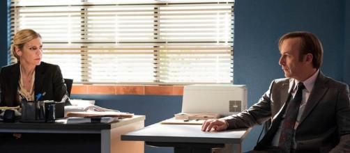Kim Wexler (Rhea Seehorn) e Jimmy McGill (Bob Odenkirk) na terceira temporada de Better Call Saul
