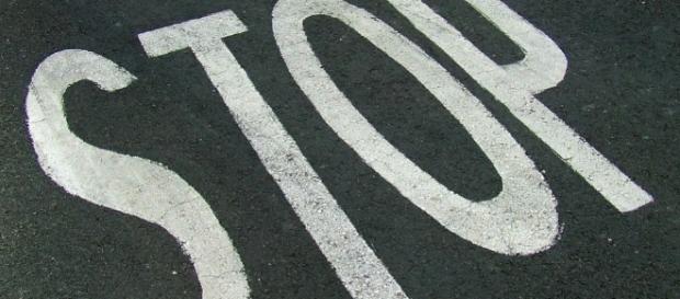 La scritta stop scritta sul manto stradale