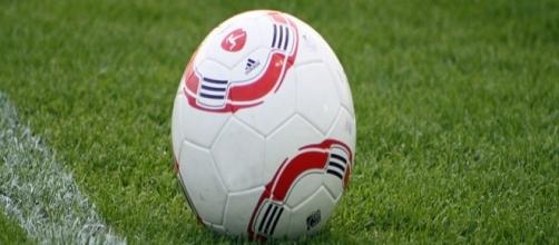 Un pallone da calcio sul terreno da gioco