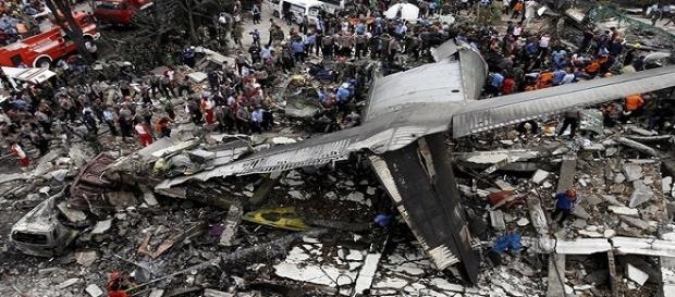 Avião atingiu conjunto habitacional derrubando vários prédios