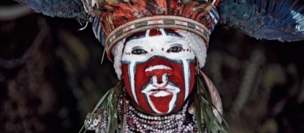 Fotógrafo viajou o mundo para registrar as mais exuberantes tribos indígenas em risco de extinção