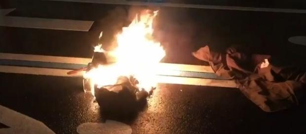Homem coloca fogo no próprio corpo em protesto contra Trump, é possível ver algumas roupas em chamas