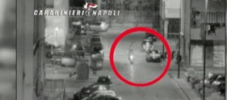 Bambini armati a bordo di scooter sparano colpi in aria a scopo intimidatorio. Foto: Carabinieri.