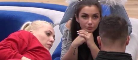 Elettra, atraída por Daniela y Sergio.