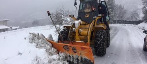 Alcuni mezzi spazzaneve in azione in Abruzzo