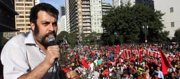 Guilherme Boulos discursando para membros do MTST em evento em 2016
