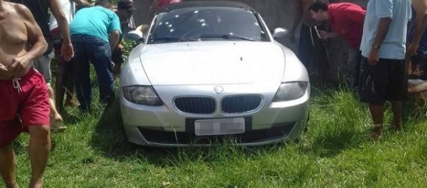 Homem é assassinado na direção de uma BMW, na Zona Oeste do Rio de Janeiro.