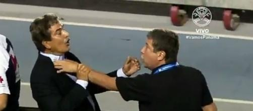'Bolillo' Gómez y Pinto discutiendo.