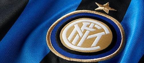 Lo stemma dell'Inter ricamato su maglia nerazzurra