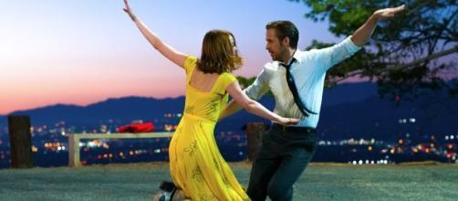 Ryan Gosling ed Emma Stone ballano sotto le stelle in 'La La Land'.