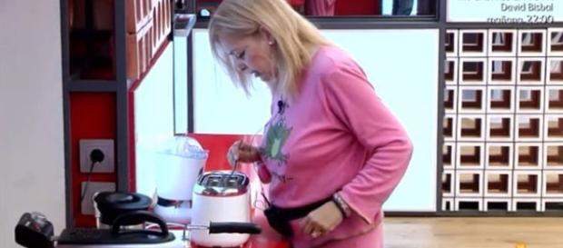 Emma Ozores jugando con la tostadora.