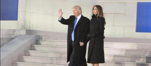 Trump e Melania, mano nella mano, al Lincoln Memorial.