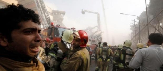 Cenas de caos foram registradas após desabamento de edifício em Teerã