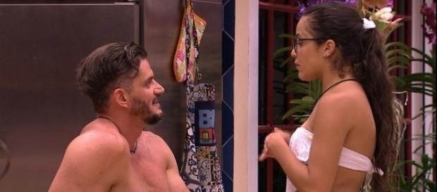 Emilly e Marcos conversando na cozinha (Foto: TV Globo)