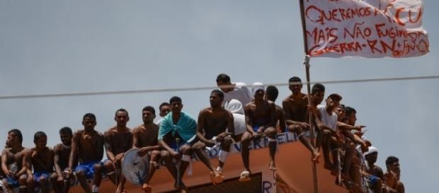Grupo de presos de la cárcel de Natal, Brasil, ocupa el techo - nacion.com