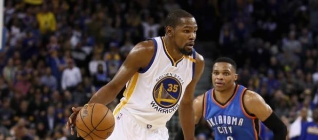 Kevin Durant consiguió 40 puntos frente a los Thunder.