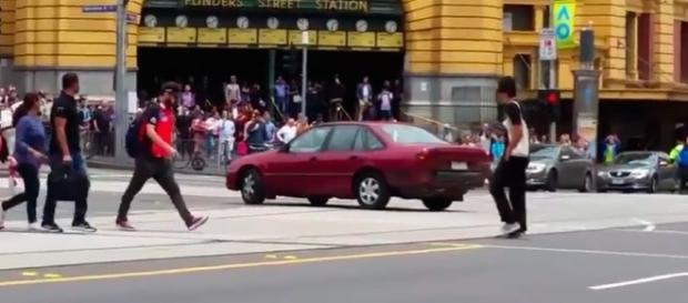 Teroare în Melbourne, Australia, unde un dement a intrat cu mașina pe trotuar omorând trei persoane și rănind cel puțin 25 Foto: YouTube