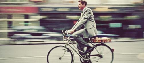 Joabe Almeida foi de bicicleta para sua posse, mesma que usou durante a sua campanha