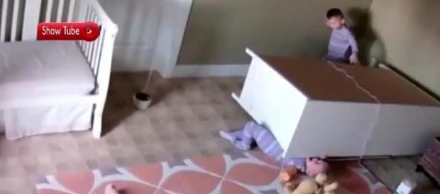 Bebê de 2 anos salva irmão gêmeo.