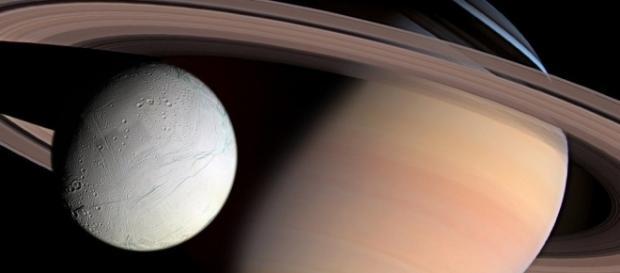 Pode haver vida microbiana extraterrestre em luas de Saturno, como por exemplo, em Encelado