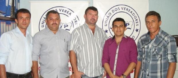 Vereador eleito Paulo José Sarmento (no centro) morre após sofrer infarto durante sua posse