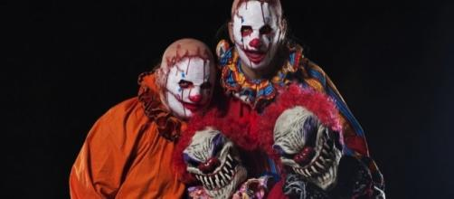 Anyone who is afraid of clowns will consider 'Clowntergeist' terrifying. / Photo via Blasting News and esquire.com