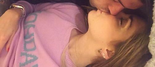 Lunedì al bacio per Chiara Feragni: bacia Fedez mentre indossa il maglioncino della collezione Rainbow week di Alberta Ferretti. Foto: Instagram
