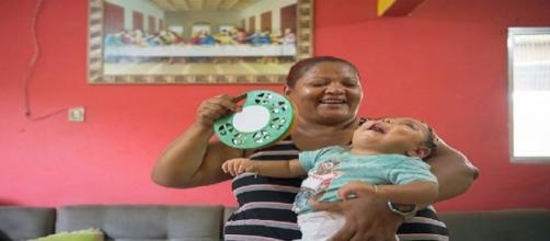 Mãe e criança com microcefalia se demostram muito felizes