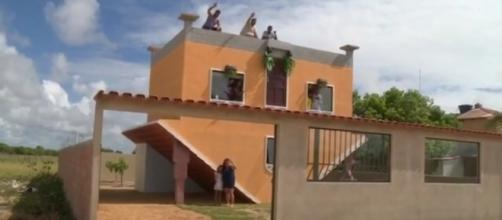 Pedreiro aposentado fica famoso com casa inusitada.