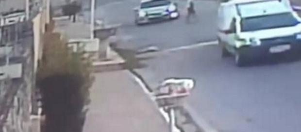 Na imagem o momento em que o bandido para com a arma na frente do carro da grávida e anuncia o assalto.